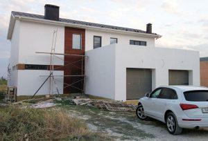 дом с отделкой фасада темной сосной
