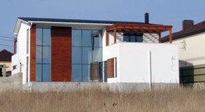 дом в Новороссийскес отделкой фасада темной соснойтермообработанной